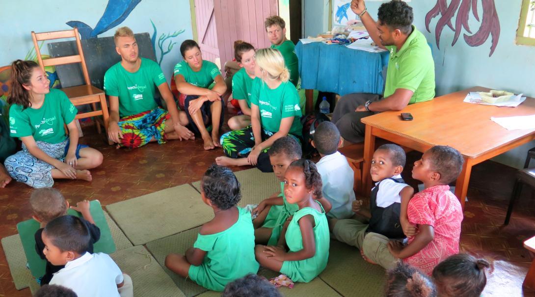 Voluntarios de Educación en Fiyi dirigiendo una sesión creativa con los niños.